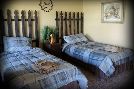 Night Bird Ranch B&B #4 Ranch Hand (Twin) - Ledbetter - Bed & Breakfast