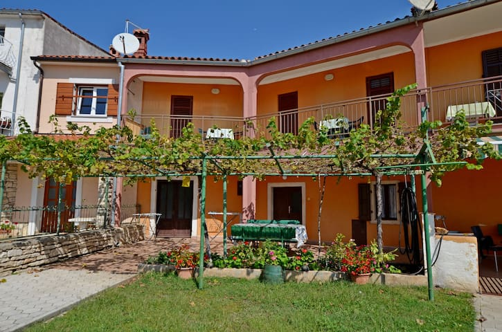 Three Bedroom House, 30m from city center, in Barbariga