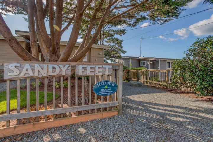 Sandy Feet Adorable, Stylish Manzanita Haven is Two Blocks from the Beach!