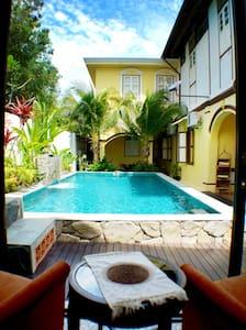 Casugria Dutch Heritage Villa - Pool Chalet 2 pax - Melaka - Bed & Breakfast