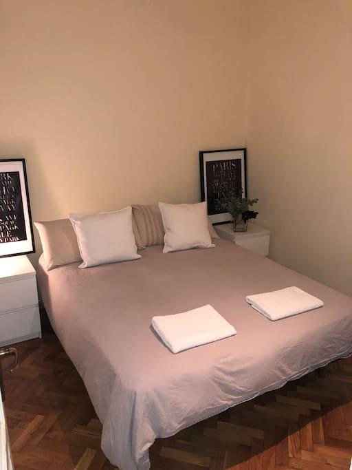 Habitación no es muy grande. Pero cómoda para descansar después de un día de turismo por la cuidad.