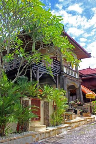Modern Balinese house (walking distance to beach)