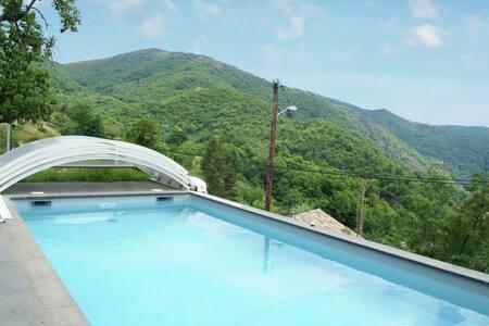 Maison de vacances de charme à Burzet avec piscine