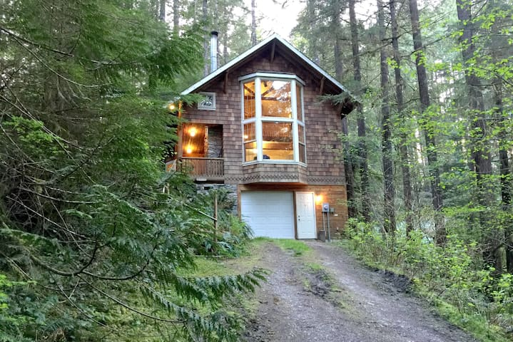 Snowline Cabin #25 A country-style pet friendly cabin with a hot tub and wifi!