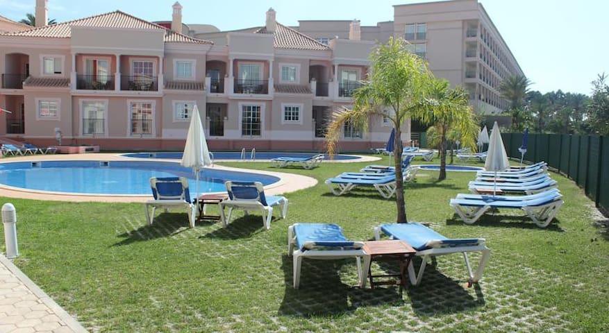 Apartamento familiar con vistas a la piscina