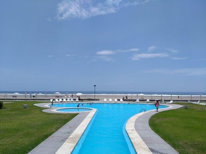 Apartamento en hermoso condominio frente al mar!