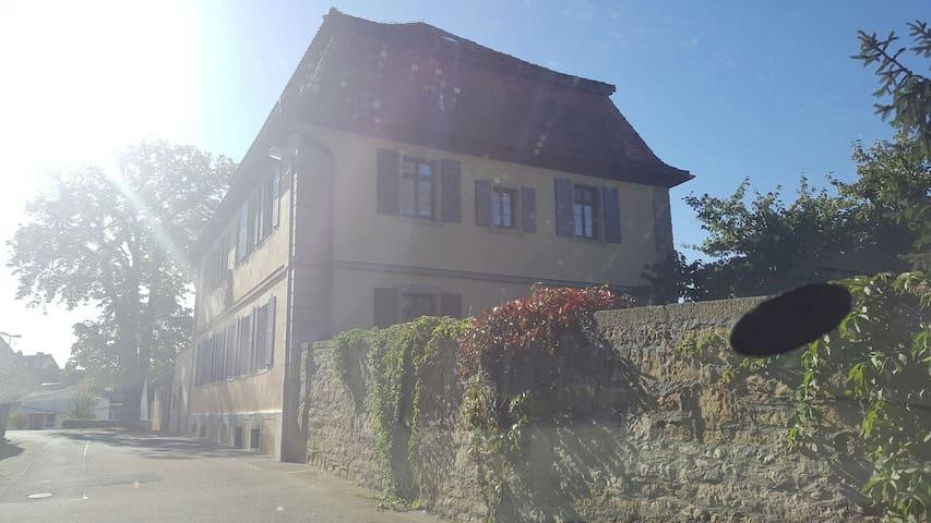 Kingsize-Bett im Pfarrhaus - Giebelstadt - บ้าน
