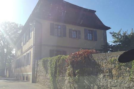 Kingsize-Bett im Pfarrhaus - Giebelstadt - House