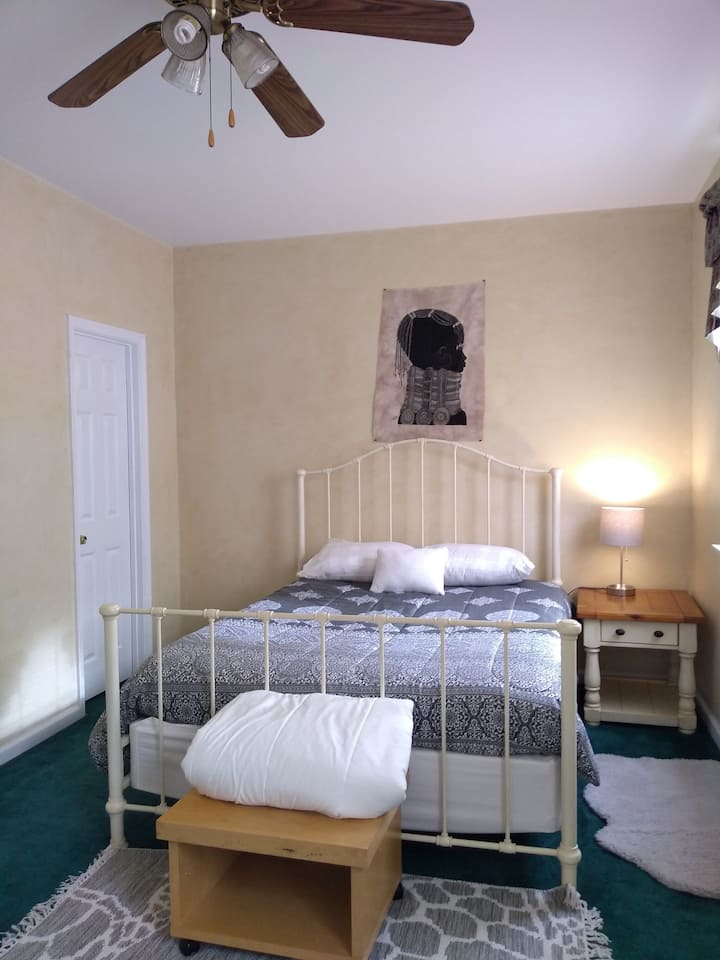 Private room with bath 8 miles from airport.