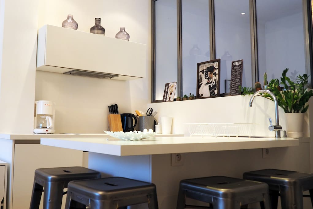 Une cuisine moderne & toute équipée avec plaque à induction, lave-vaisselle & machine à laver