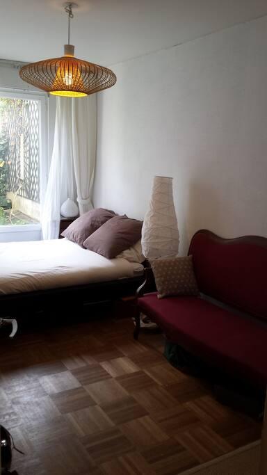 Chambre lumineuse avec un grand dressing dans le dos, avec ouverture sur 2eme jardin privé !