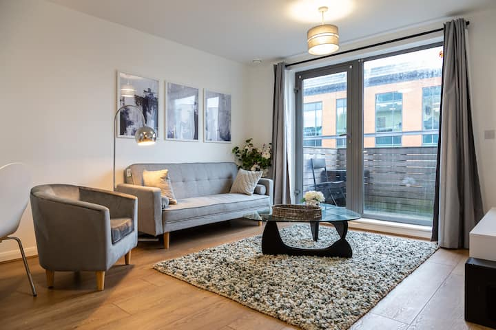 Lush 2 Bed Central Apartment - W/Parking & Balcony