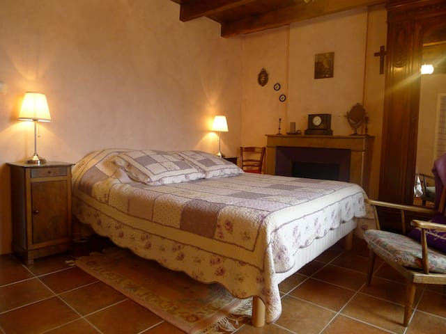 Winemaker bedroom at Notre Dame de Cousignac - Bourg-Saint-Andéol - Bed & Breakfast