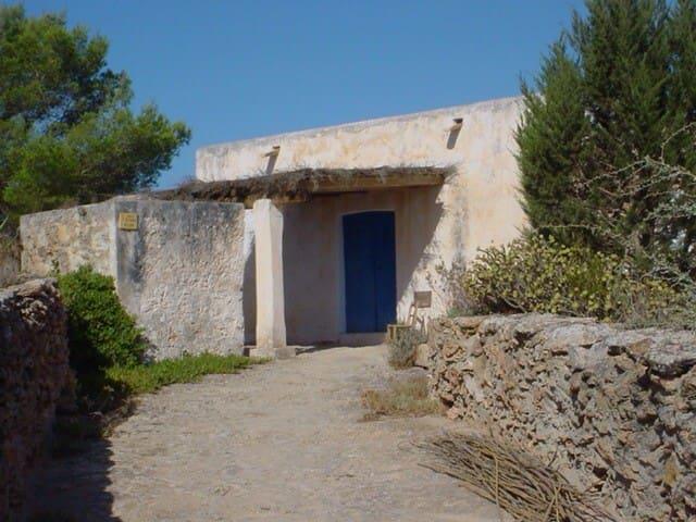 Casa antigua en entorno tranquilo