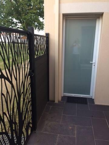 Portillon d'accès indépendant et porte d'entrée du studio