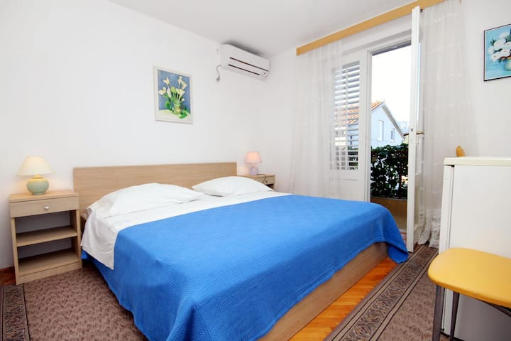 Room with balcony and sea view Vrboska, Hvar (S-540-a)