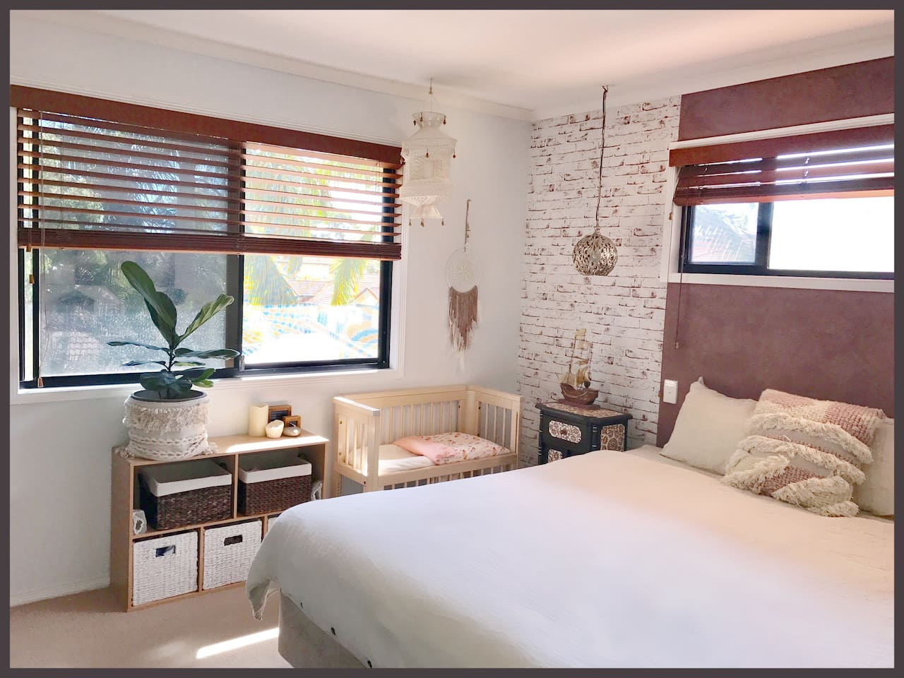*Parents bedroom retreat. King size bed and ensuite.