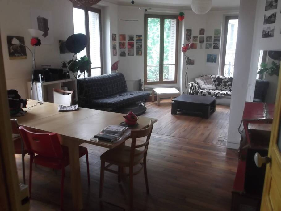 Big sunny livingroom with a real urban jungle growing