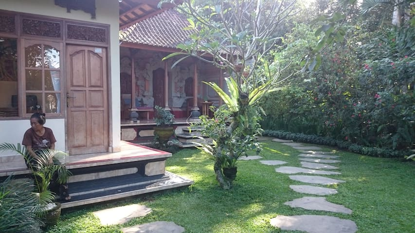 Set in traditional Gedong family commune.