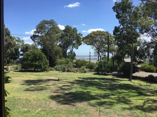 Close to Airport in the Hills - Kalamunda - Hus