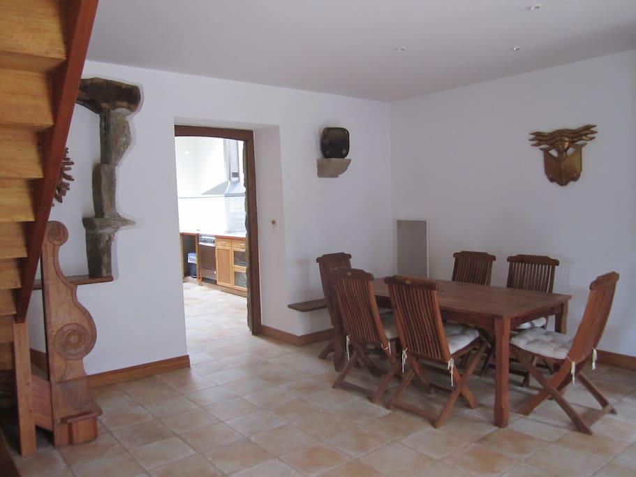 Prolongement du séjour avec salle à manger, sur la gauche, entrée de cuisine.