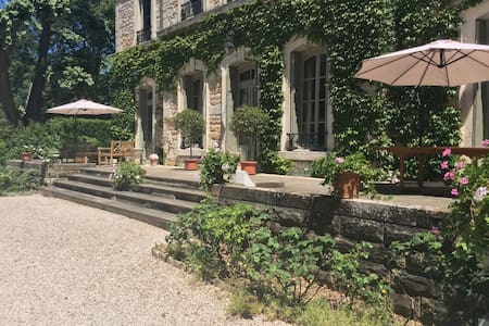 Chateau des Charmes: 5 rooms at 120€ each for 2 p. - Guéreins - Istana