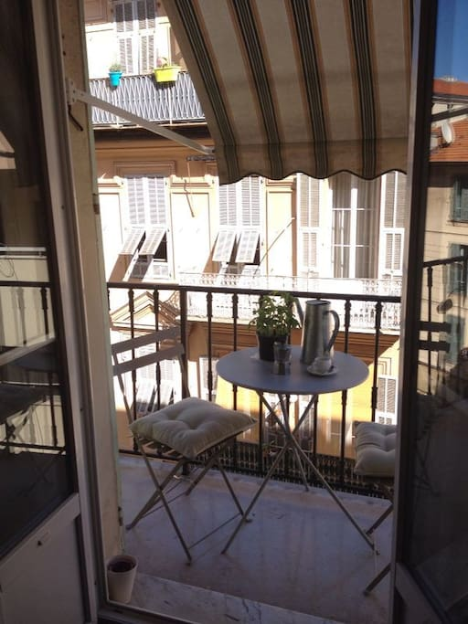 Enjoy a drink on one of the two balconies, sky is always blue in Nice ! Or a coffee in the morning !
