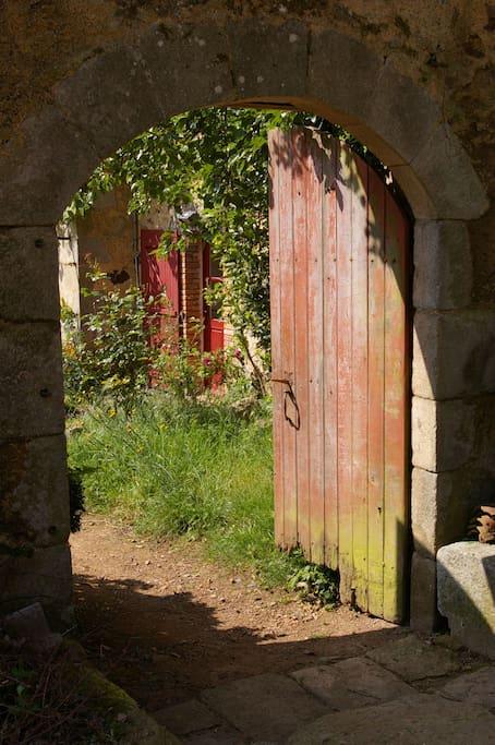 L'accès au gîte: Le charme de l'ancienne porte du jardin.