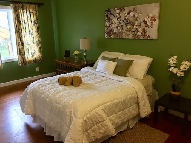 Hale Sunrise Bed and Breakfast: Room 2