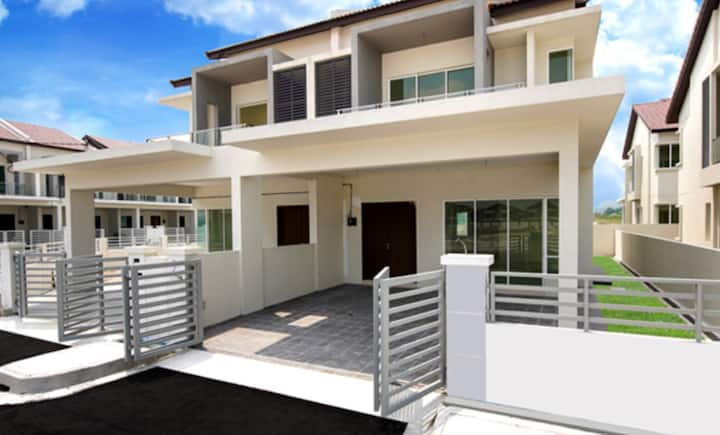 Cozy & Spacious House with 4 Bedroom (Pearl City)