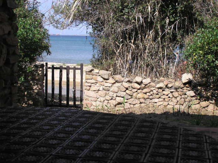 accesso diretto dal giardino alla spiaggia