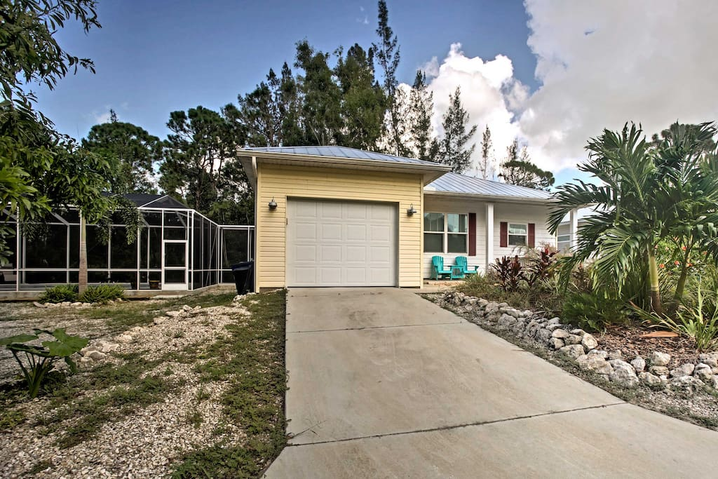 1,100 square feet of living space accommodates 6 guests for a Florida vacation.