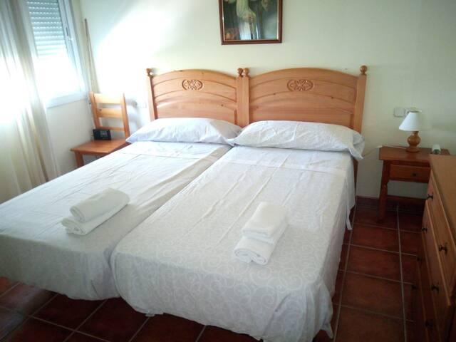 Dormitorio muy luminoso con dos camas de 90