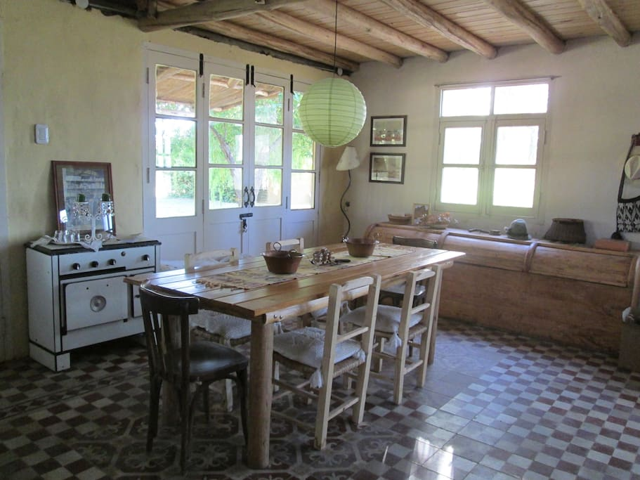 Dining area, fully equipped for 6