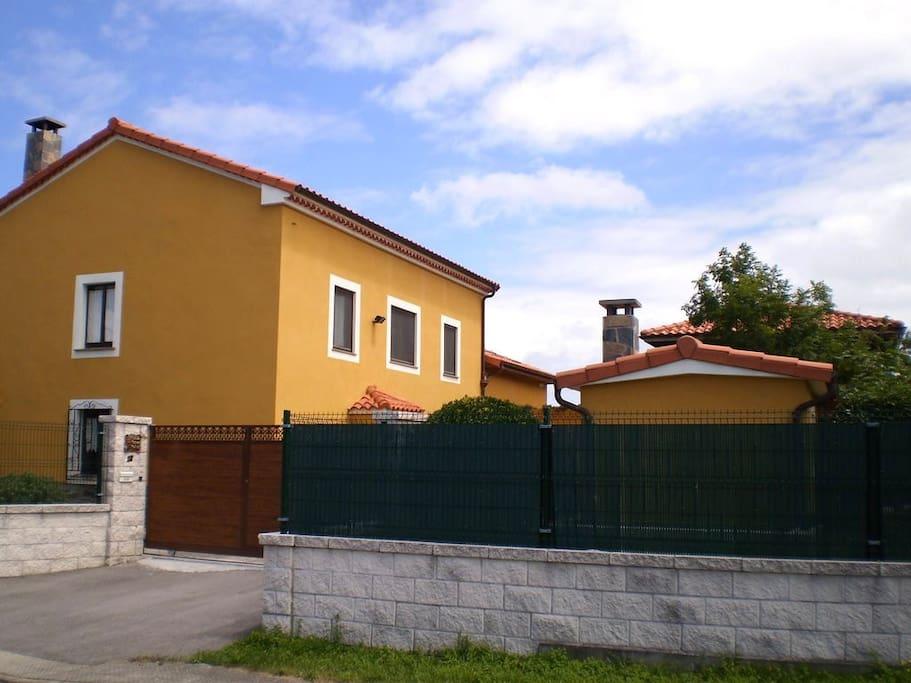 Casa con jard n a de la playa casas en alquiler en for Casa jardin asturias