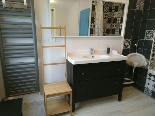 La salle de bain de la chambre double.