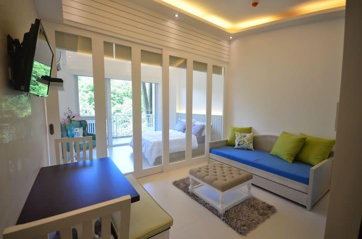 1BR Condo w/ Balcony @ Pico De Loro - Nasugbu - Apartment