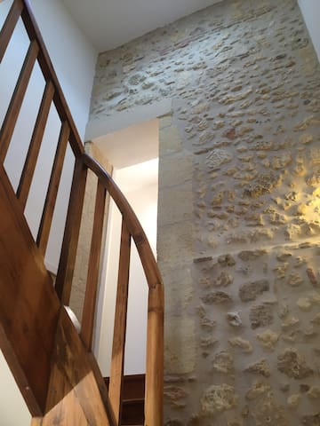 L'escalier pour monter dans la chambre