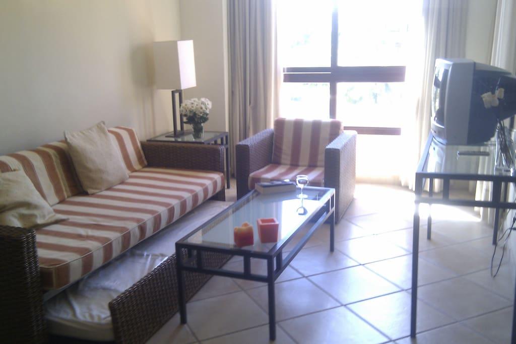 Salón con sofá cama nido