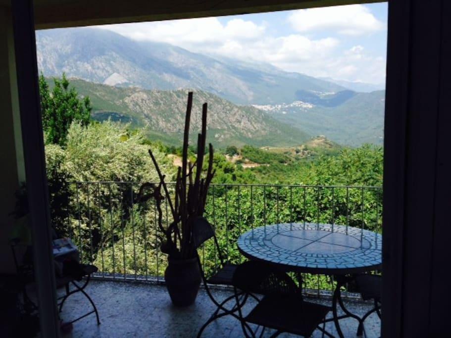 le petit déjeuner, le déjeuner ou simplement rêver devant un paysage fantastique