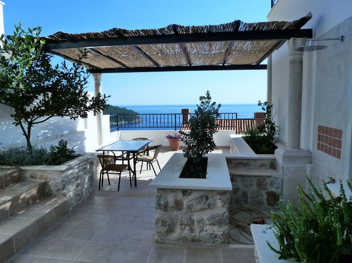 4BR, sea view, large terrace, walk to old town