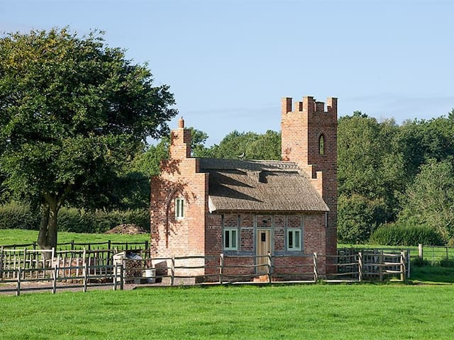 THE SHOOTING FOLLY, romantic, with hot tub in Cheswardine, Ref 988985