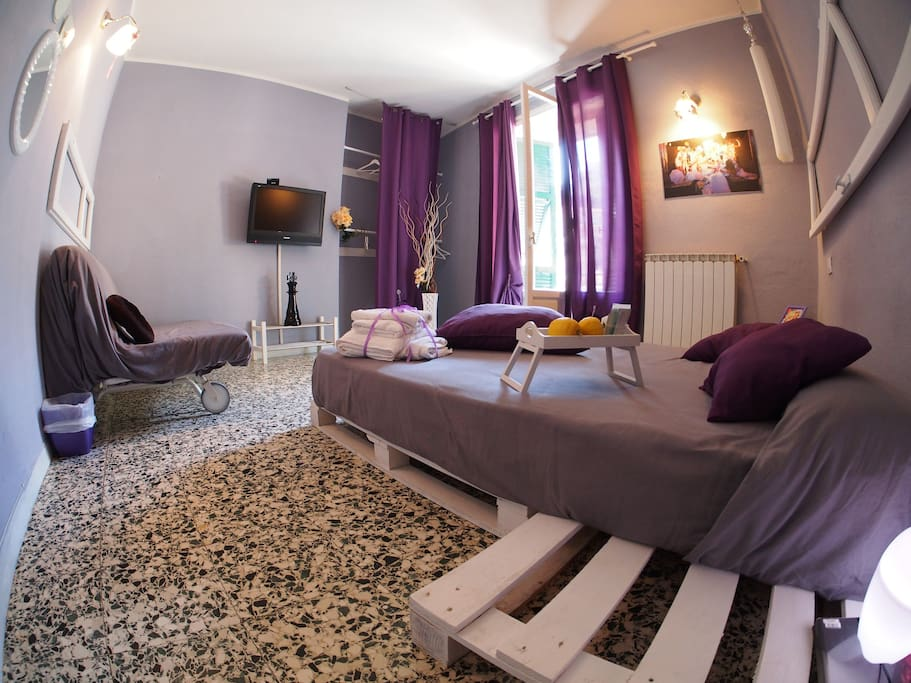 THE VIOLET ROOM OF CIAO BELLA is a big double bedroom, colorfull, creative design and forniture