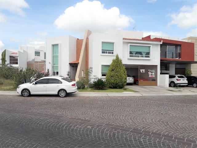 Recamara amplia en zona residencial Juriquilla
