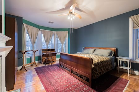 Victorian King in University City: Solar-Powered - Philadelphia - Bed & Breakfast