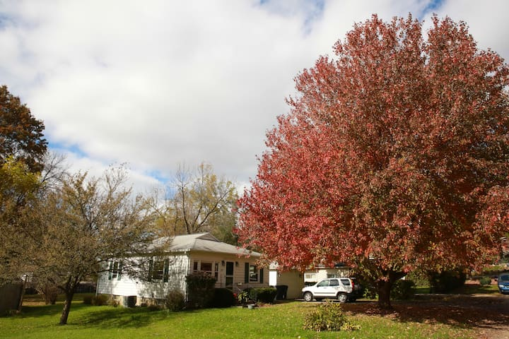 Cozy 2-Bedroom Cottage Near Large Forested Park