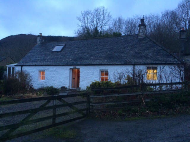 Charming cosy cottage by Aberfeldy and Kenmore - Camserney - House
