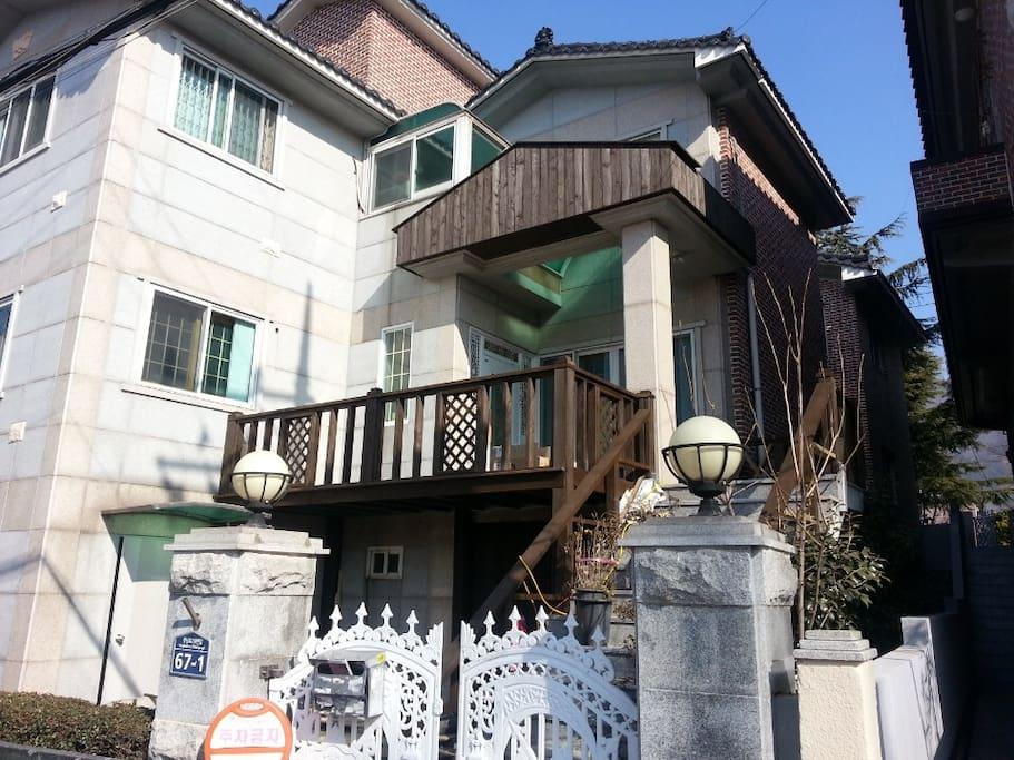 다세대 주택의 입구입니다. 2층에는 주인이 살고 있어 문의사항이 있으신 경우 바로 연락하실 수 있습니다.