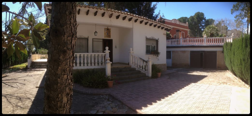 Large villa with garden - Navajas