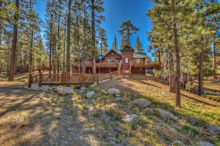 Beautiful Log Cabin! WiFi, Hot Tub, Roku! 1 Acre!